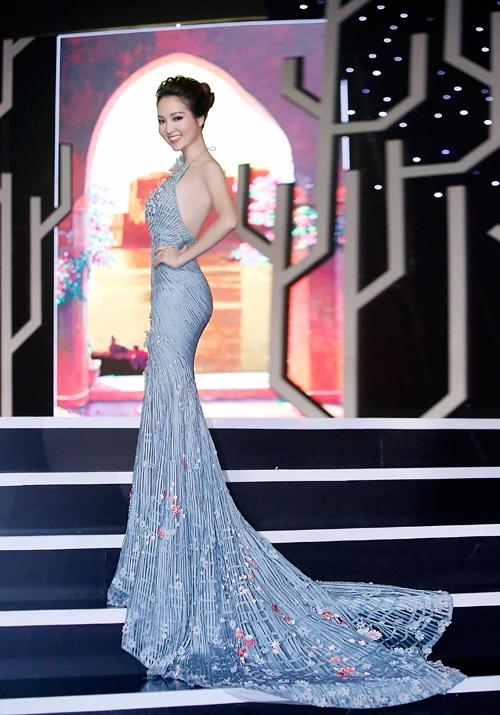 Bên cạnh sắc xanh thiên thanh ngọt ngào, thiết kế cổ yếm vừa gợi cảm nhưng vẫn rất đỗi thanh lịch giúp Thụy Vân trông trẻ trung, tươi mới hơn. Á hậu Việt Nam 2008 cũng được đánh giá là một trong những mĩ nhân có phong cách thời trang thảm đỏ ổn định của V-biz.