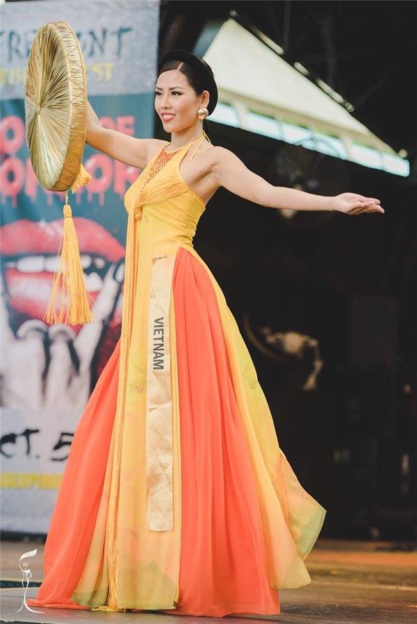 Nguyễn Thị Loan liên tục ghi điểm với trang phục truyền thống