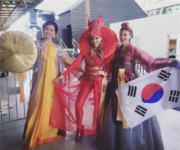 Năm nay, đại diện Việt Nam mang đến Hoa hậu Hòa bình Quốc tế áo tứ thân và nón quai thao đậm chất cổ điển. Trong phần trình diễn, mỗi đại diện còn có màn giới thiệu ngắn.