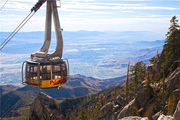 Cáp treo 360 độ cho du khách ngắm nhìn khung cảnh hùng vĩ củaChino Canyon ởnhiều góc độ khác nhau.