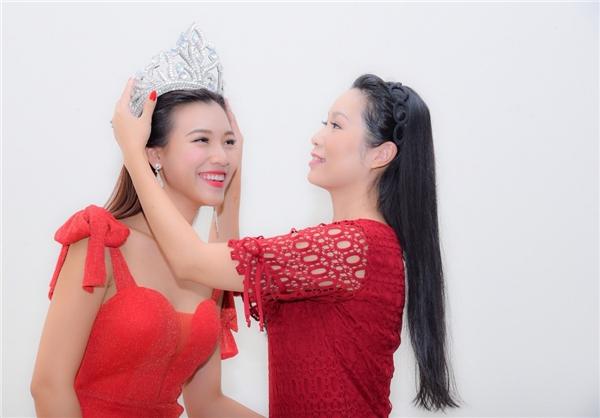 """Hoàng Oanh cùng """"bà bầu"""" sân khấu cũng tái hiện giây phút đăng quang cùng màn trao vương miện đầy hài hước. - Tin sao Viet - Tin tuc sao Viet - Scandal sao Viet - Tin tuc cua Sao - Tin cua Sao"""