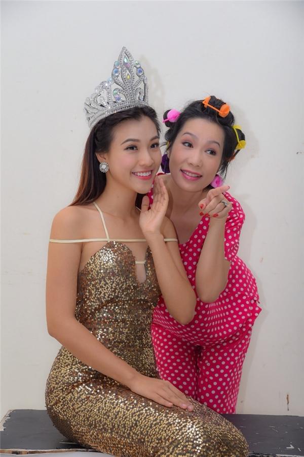 Á hậu Hoàng Oanh cười sung sướng khi đăng quangHoa hậu Ao làng - Tin sao Viet - Tin tuc sao Viet - Scandal sao Viet - Tin tuc cua Sao - Tin cua Sao
