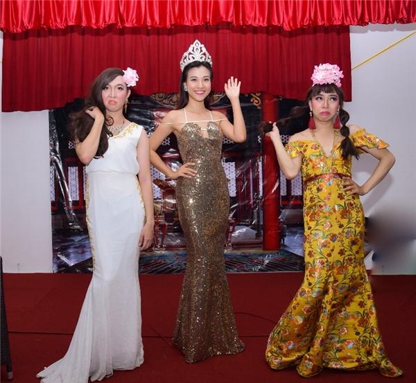 Hoàng Oanh đăng quang Hoa hậu Ao làng trong sự dè bỉu, ganh tị của những người đẹp khác. - Tin sao Viet - Tin tuc sao Viet - Scandal sao Viet - Tin tuc cua Sao - Tin cua Sao