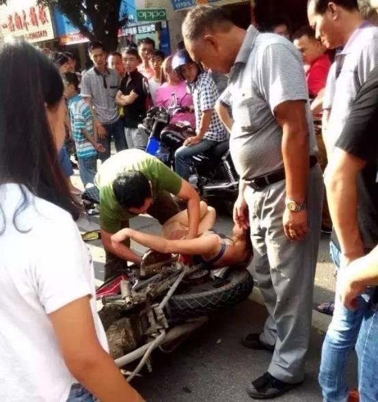Cô gái bất ngờ té nhào khỏi xe máy khi đang lưu thông trên đường do chiếc váy dài bị cuốn vào bánh xe.