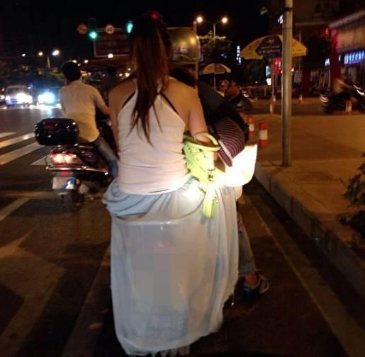 Chị em phụ nữ cầntuyệt đối cẩn thận chú ý an toàn khi diện váy dài ra đường để tránh xảy ra những trường hợp đáng tiếc.