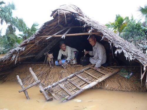 Những mái nhà nhấp nhô là nơi bám víu cuối cùng của người dân. (Ảnh: Internet)
