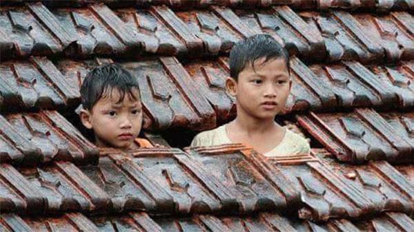 Sự ngơ ngác pha lẫnmệt mỏi trong đôi mắt của những đứa trẻ. (Ảnh: Internet)