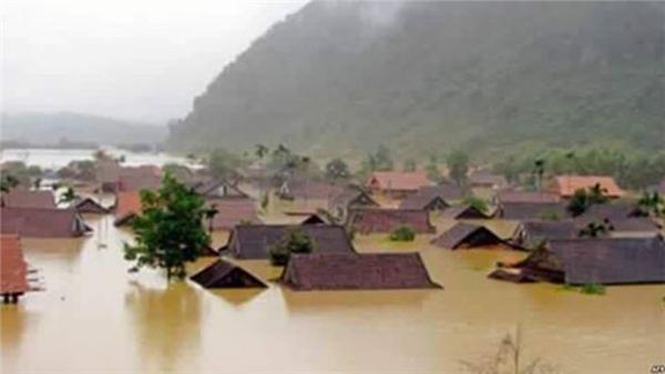 Theo thống kê đến hiện tại, tỉnh Quảng Bình còn hơn 71.000 ngôi nhà ngập, Hà Tĩnh là 24.000, Nghệ An là 2.400. (Ảnh: Internet)