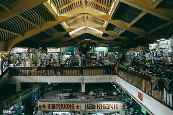 Bên trong nhà lồng chợ rộng khoảng 8.500m2 chỉ có một trệt, một lầu được chia nhiều gian hàng nhỏ cho tiểu thương thuê lại bán hàng.