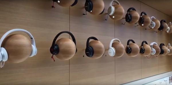 Đối tác của Apple như Beat và các hãng tai nghe khác được trưng bày sản phẩm của mình trong cửa hàng.(Ảnh: internet)
