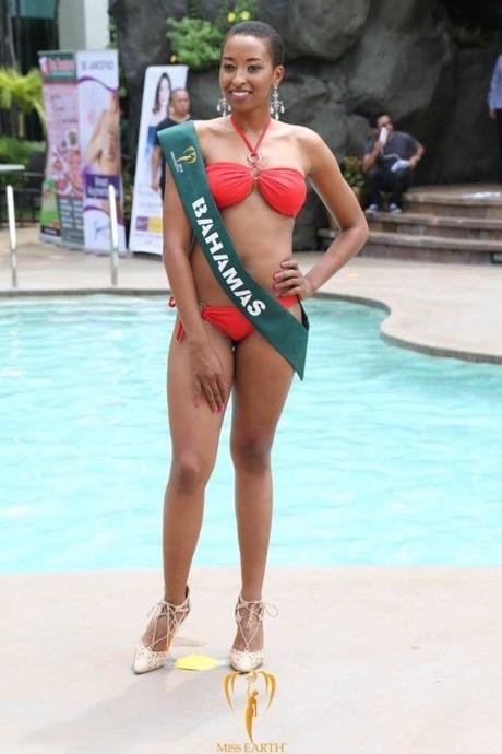 """Đại diện Bahamas dù cao 1m79 nhưng lại có hình thể thuộc hàng """"thảm họa"""" nhất Hoa hậu Trái đất 2016 với chỉ số lần lượt là: 86-81-86. Trong khi đó, chuẩn vàng của các cuộc thi nhan sắc là 90-60-90, vòng 2 phải có sự cách biệt khoảng 30 cm với 2 vòng còn lại."""