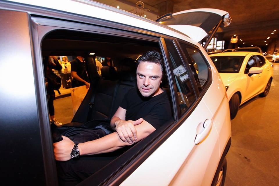 Sau đó anhđược đón tại sân bay bằng siêu xe BMW.