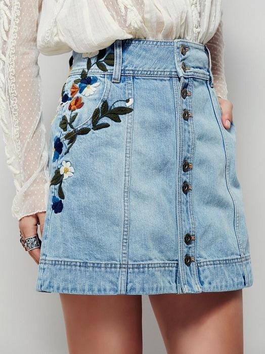 Váy jean thêu họa tiết vô cùng thích hợp khi mix với áo ren điệu đà.