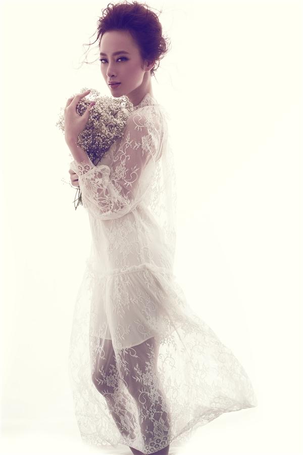 Trong loạt ảnh mới, nữ diễn viên gây thương nhớ với loạt trang phục ren, tua rua màu trắng tinh khôi nằm trong bộ sưu tập Countryside - Cảm hứng đồng quê của nhà thiết kế Đỗ Mạnh Cường. Tất cả thể hiện tinh thần tối giản, sang trọng, nữ tính và hợp xu hướng đang thịnh hành của làng thời trang thế giới.