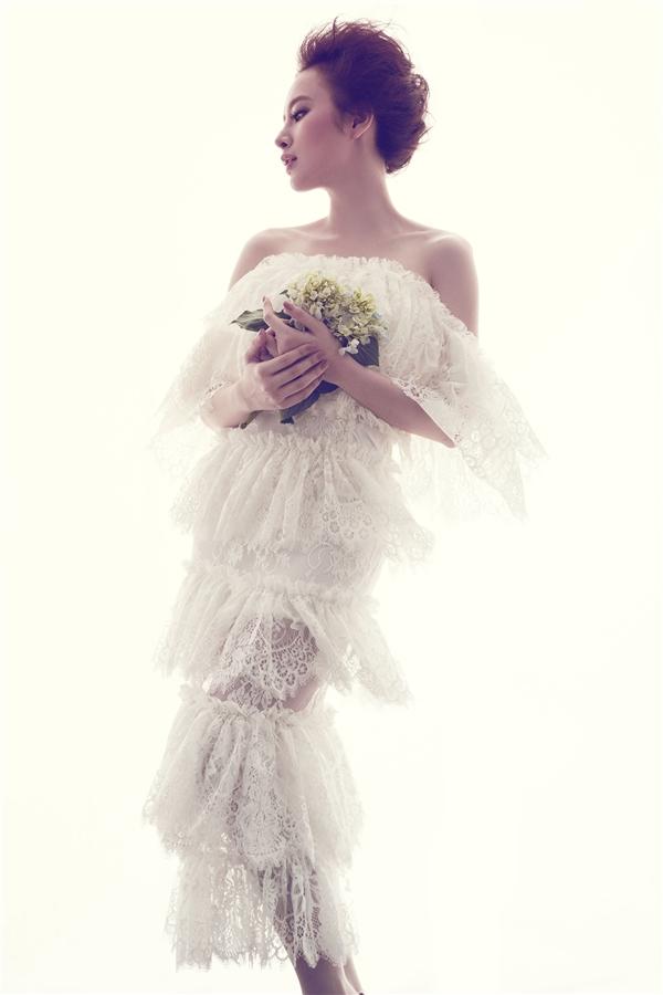 Với cấu trúc phân tầng cùng dải họa tiết to bản, Angela Phương Trinh trông vẫn thanh lịch dù diện trang phục mỏng tang. Phom váy trễ vai ôm sát giúp nữ diễn viên phô diễn được đường cong quyến rũ.