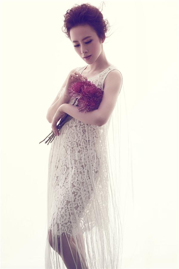"""Với phom váy chữ A cổ điển, """"bà mẹ nhí"""" vẫn gợi cảm đến khó thể rời mắt bởi chất liệu ren mỏng tang cùng chi tiết tua rua thịnh hành."""