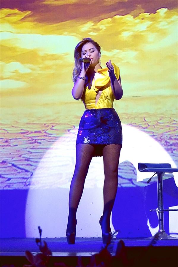 Minh Tuyết xuất hiện với ca khúc nổi tiếng, gắn liền vớitên tuổinữ ca sĩ trong nhiều năm qua - bài hát Đã không yêu thì thôi. Sau đó, cô tiếp tục khiến khán giả nồng nàn với những bản tình ca da diết nhưXóm đêm, Phai dấu cuộc tình, Em phải làm sao... - Tin sao Viet - Tin tuc sao Viet - Scandal sao Viet - Tin tuc cua Sao - Tin cua Sao