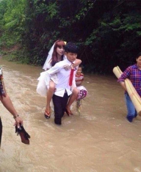 Cô dâu được chú rể cõng về nhà chồng vào mùa mưa lũ. (Ảnh: Internet)