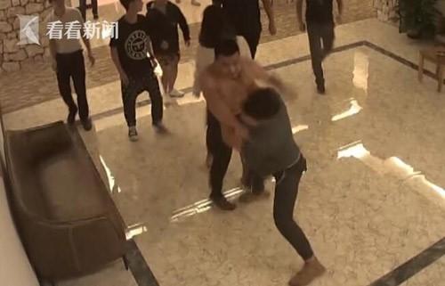 Không thể chịu được những âm thanh nhạy cảm trong đêm, nhóm thanh niên đã sang gõ cửa, gây sự với đôi nam nữ.