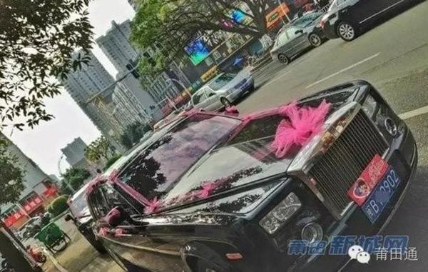 """Toàn bộ đều là Rolls Royce đen bóng bẩy kéo dài hết khu phố cũng khiến không ít người """"xuýt xoa""""."""