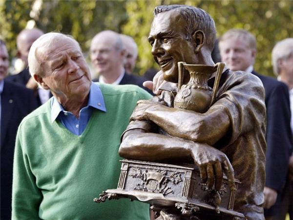Palmer chụp ảnh bên cạnh bức tượng của mình năm 2005.