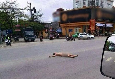 """Người đàn ông khỏa thân nằm """"ăn vạ"""" giữa đường tạiPhú Thọ."""