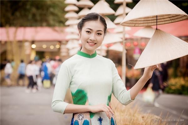 """Hoa hậu Ngọc Hân """"đọ sắc"""" bên bản sao Hoa hậu Nguyễn Thị Huyền"""