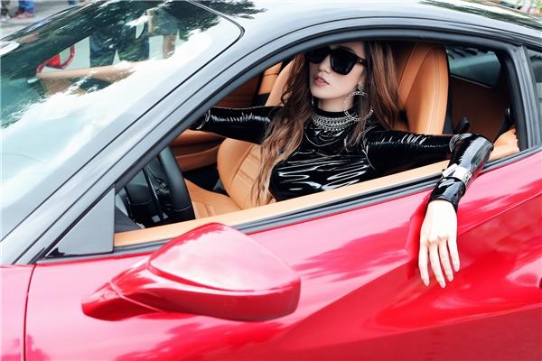 Chiếc siêu xe được Khánh My sử dụng trong một phân cảnh của MVcó giá trị hơn 1 triệu đô (tương đương gần 22 tỷ đồng Việt Nam). - Tin sao Viet - Tin tuc sao Viet - Scandal sao Viet - Tin tuc cua Sao - Tin cua Sao