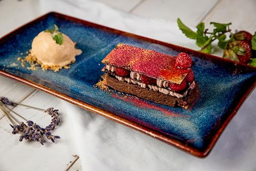 Hương vị ngọt ngào của Bánh Ngàn Lớp Nhân Socola và Quả Mâm Xôi sẽ trở thành điểm nhấn cho bữa tối của bạn.