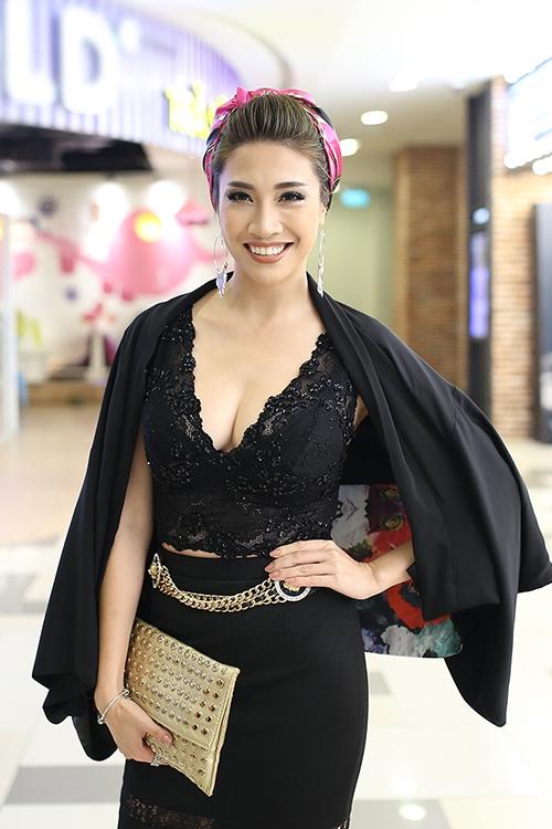 Pha Lê lăng xê mốt quấn khăn họa tiết đang bắt đầu lên ngôi trong mùa mốt Thu - Đông 2016. Tuy nhiên, phần trang phục với cả cây đen cùng tông trang điểm đậm, màu môi cam đấtlại khiến nữ ca sĩ trông dừ hơn hẳn.