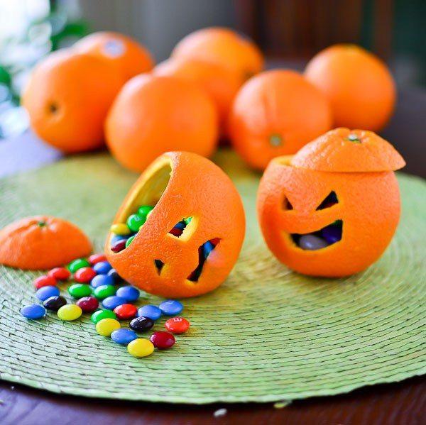 Khắc bí thì tốn nhiều thời gian quá, thôi thì ta khắc lên… vỏ cam vậy, vẫn ra được những chiếc giỏ nhỏ xinh đựng kẹo đây này.(Ảnh: Viral Nova)