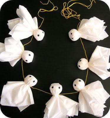 Một ít khăn giấy và một sợi dây đủ dài là có ngay một dây ma treo ngay cửa rồi.(Ảnh: Viral Nova)