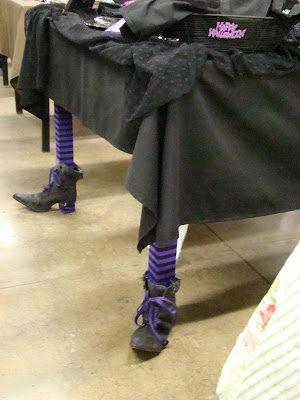 Mang vớ và giầy cho toàn bộ chân bàn, chân ghế và đón nhận sự khác biệt.(Ảnh: Viral Nova)