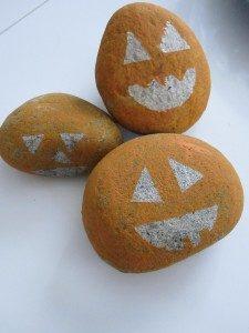 Ra vườn nhà, nhặt vài hòn đá cuội, rửa sạch và vẽ mặt Jack-O'-Lanterns lên nào.(Ảnh: Viral Nova)