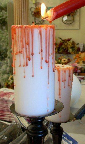 Dùng đèn cầy đỏ tạo hiệu ứng máu chảy lên trên đèn cầy trắng, không gian sẽ càng thêm ma mị.(Ảnh: Viral Nova)