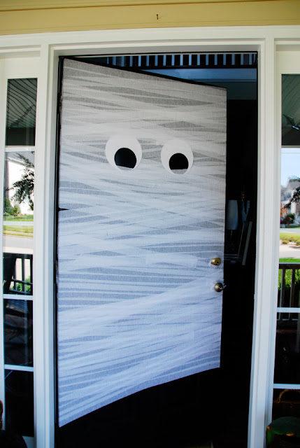 Dùng băng keo và giấy trắng để biến cánh cửa nhàm chán thành xác ướp tinh nghịch thử xem.(Ảnh: Viral Nova)