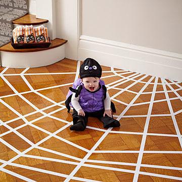 Mạng nhện dưới nền nhà với keo và giấy.(Ảnh: Viral Nova)