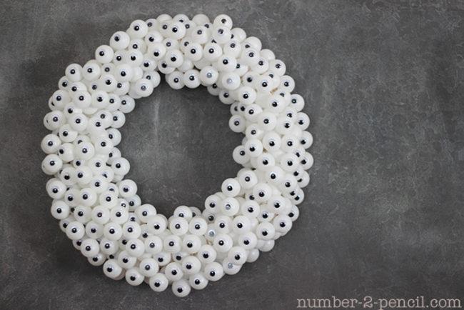 """Sử dụng những đôi mắt nhựa và kết lại thành một """"vòng mắt kinh dị"""" .(Ảnh: Viral Nova)"""