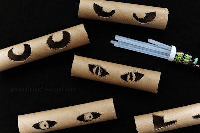 Dùng lõi giấy vệ sinh, khoét thành hình đôi mắt và cho đèn vào bên trong.(Ảnh: Viral Nova)