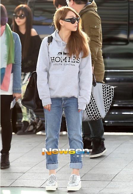 Combo đơn giản nhất để xuống phố gồm áo hoodie, quần jeans và sneaker.