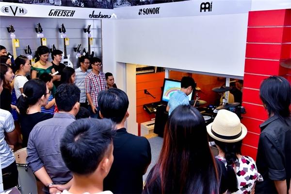 Khách hàng có cơ hội trải nghiệm các sản phẩm được trưng bày tại showroom.