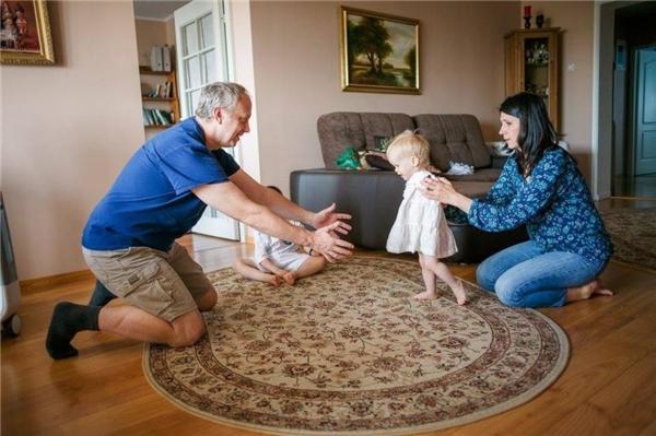 Cảm phục cô bé nhỏ xíu kiên cường dùng chân thay cho đôi tay đã mất