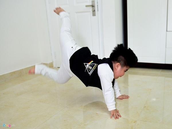 Vừa được mặc đồ đẹp, cậu nhóc lập tức nhảy múa ngay giữa phòng.