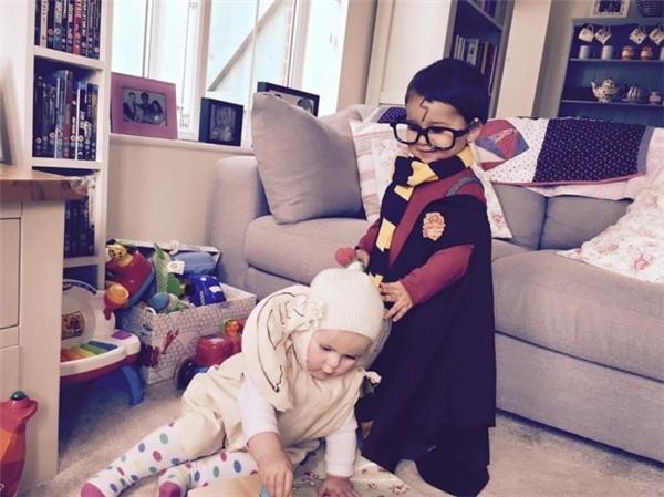 Hai em bé đáng yêunhập vai trong Harry Potter và Ngôi trường phù thủy. Ảnh: Brightside.