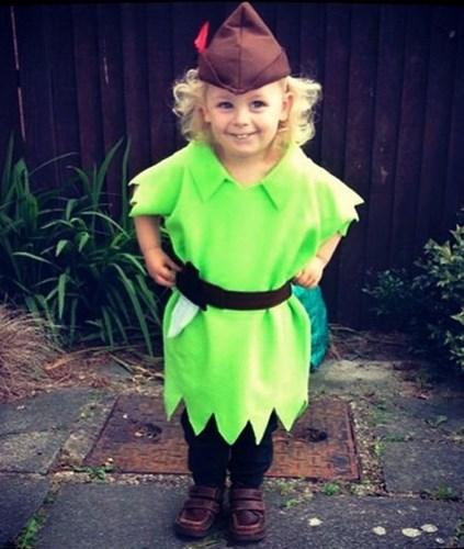 Peter Pan trong thân hình bé nhỏ với bộ trang phục tông xuyệt tông. Ảnh: Brightside.