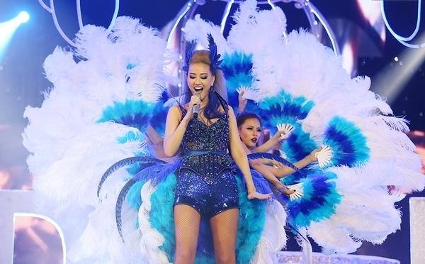 Với sắc xanh rực rỡ, Maya gây ấn tượng trên sân khấu The Remix 2016. Tuy nhiên, bộ trang phục của nữ ca sĩ lại nhận những phản hồi trái chiều: người cho rằng bắt mắt, người lại không hài lòng vì quá cầu kì, diêm dúa.