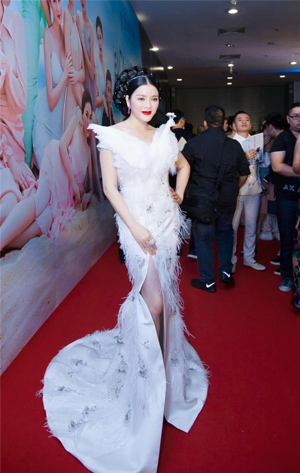 Diện đồ lông vũ, Elly Trần, Bảo Anh cũng khó vượt mặt Hà Hồ