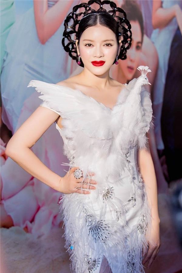 Chi tiết lông vũ được sử dụng để tạo điểm nhấn cho bộ váy cắt xẻ táo bạo của Lý Nhã Kỳ. Tuy nhiên, có vẻ vóc dáng nhỏ bé và hơi đầy đặn của nữ diễn viên không phù hợp với thiết kế này.
