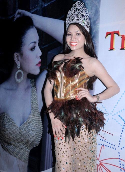 Uyên Linh, Trà Ngọc Hằng trông sến sẫm với chi tiết đính kết ở thân váy, thắt eo.