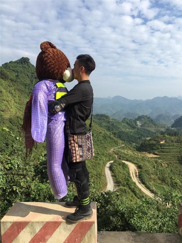 """Xuân Sơncùng """"bạn ôm"""" đặc biệt trong chuyến đi phượt lần này. (Ảnh: NVCC)"""
